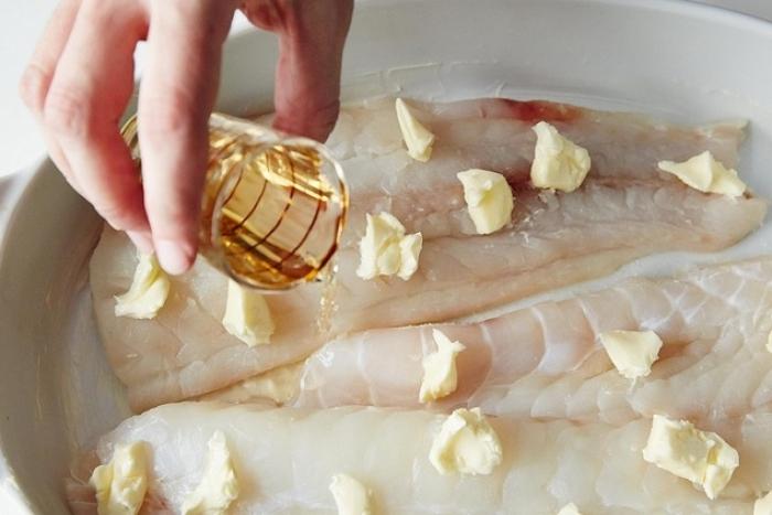 Запеченная белая рыба под белым вином