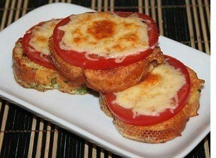 Домашние гренки с помидорами и сыром