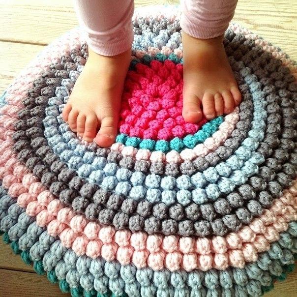 Вязаный крючком круглый коврик