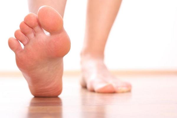 Как избавиться от потливости ног — причины и лечение